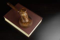Giudici o banditori Gavel e libro rosso sulla Tabella nera Fotografie Stock
