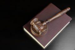Giudici o banditori Gavel e libro rosso sulla Tabella nera Immagini Stock Libere da Diritti
