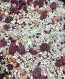 Giuggiole rosse miste con i semi di Coix fotografie stock