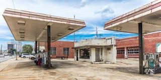 giugno 2017, ATENS GEORGIA - stazione di servizio abbandonata a Atene Strada, negozio immagine stock