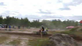 10 giugno 2018 Federazione Russa, regione di Brjansk, Ivot - sport estremi, motocross trasversale Il motociclista entra nel archivi video