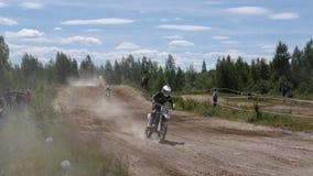 10 giugno 2018 Federazione Russa, regione di Brjansk, Ivot - sport estremi, motocross trasversale Il motociclista entra nel video d archivio