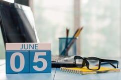 5 giugno Giorno del calendario di legno di colore di mese 5 sul fondo del posto di lavoro di affari Giovani adulti Spazio vuoto p Immagine Stock