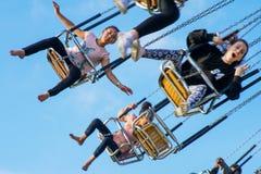20 giugno 2015, gli adolescenti guidano le sedie dell'oscillazione alla fiera di divertimento Fotografie Stock