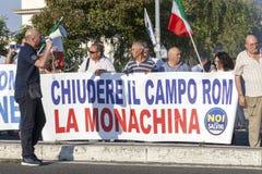 11 giugno 2015 I cittadini protestano contro gli zingari a Roma, Italia Fotografia Stock Libera da Diritti