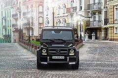 19 giugno 2013 L'Ucraina, Kiev Mercedes-Benz G55 AMG sui precedenti di vecchie case fotografia stock
