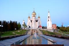 11 giugno 2013 la Russia, KHMAO-YUGRA, vicolo di Chanty-Mansijsk della letteratura dello slavo, chiesa del campanile di resurrezi Fotografie Stock