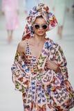 Giulia Maenza loopt de baan in Versace toont tijdens Milan Fashion Week Spring /Summer 2018 stock foto's