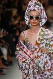 Giulia Maenza loopt de baan in Versace toont tijdens Milan Fashion Week Spring /Summer 2018 royalty-vrije stock foto's
