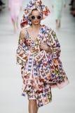 Giulia Maenza loopt de baan in Versace toont tijdens Milan Fashion Week Spring /Summer 2018 royalty-vrije stock afbeeldingen