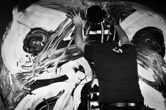 Giulio Masieri graffia la pittura durante la sua prestazione di Audiopaint Fotografia Stock Libera da Diritti