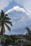 Giungla e nuvole in isola Immagine Stock