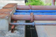 Giunti di tubi e industriale arrugginito dell'acciaio dell'impianto idraulico dell'acqua Fotografie Stock
