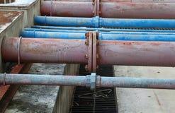Giunti di tubi e industriale arrugginito dell'acciaio dell'impianto idraulico dell'acqua Immagine Stock
