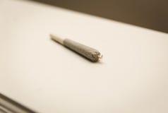 Giunto o sigaretta rotolato con la gruccia e la punta torta Fotografia Stock