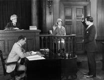 Giurando nel testimone in aula di tribunale (tutte le persone rappresentate non sono vivente più lungo e nessuna proprietà esiste Immagini Stock
