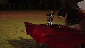 Giuria che legge ad alta voce i nomi dei vincitori della tazza, cerimonia di assegnazione dopo concorrenza archivi video