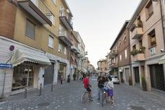 Giuseppe Garibaldi gammal gata med bostads- byggnader i Rimini, Italien Royaltyfri Fotografi