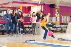Giusta posizione sul bowling fotografia stock