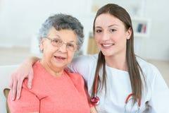 Giusti servizi di cure domiciliari del ritrovamento per il vostro amato Fotografie Stock