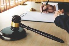 Giustizia e concetto di legge avvocato che lavora ai documenti cartacei all'aula di tribunale immagini stock