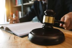 Giustizia e concetto di legge Giudice maschio in un'aula giudiziaria fotografie stock libere da diritti