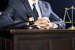 Giustizia e concetto di legge Giudice maschio in un'aula di tribunale che lavora alla tavola di legno con i documenti , martellet fotografia stock