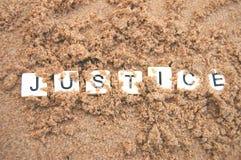 Giustizia sepolta in sabbia fotografia stock libera da diritti