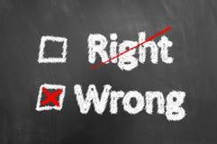 Giusto e testo sbagliato attraversato del gesso sulla lavagna o sulla lavagna fotografia stock libera da diritti