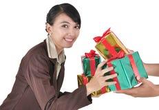 Givet en stapel av att le för gåvaaffärskvinna Royaltyfri Fotografi