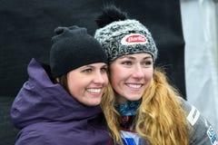 Givind de Mikaela Shiffrin un abrazo al amigo durante el eslalom gigante de Audi FIS el Ski World Cup Women alpino imagenes de archivo