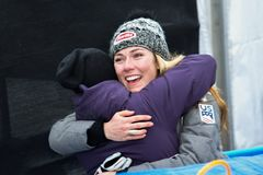 Givind de Mikaela Shiffrin un abrazo al amigo durante el eslalom gigante de Audi FIS el Ski World Cup Women alpino imagen de archivo libre de regalías