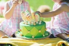 givrage heureux de vert de jour de gâteaux de gâteau de fond l'autre blanc de rue du tapotement s écrit Images libres de droits