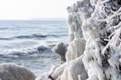givrages au parc de point de caverne sur le lac Michigan par temps froid extrême d'hiver photo stock