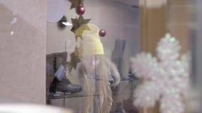 Giwl pela janela da loja video estoque