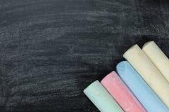 Giz colorido em uma ardósia ou em um quadro imagens de stock