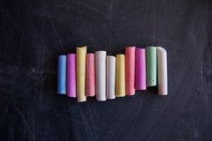 Giz colorido no quadro Fotografia de Stock