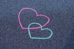 Giz de desenho de dois corações no asfalto Fotos de Stock Royalty Free