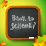 Giz de volta ao sinal da escola na administração da escola preta Fotos de Stock Royalty Free