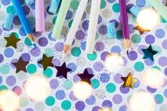 Giz e pancil coloridos no fundo pastel fotos de stock royalty free