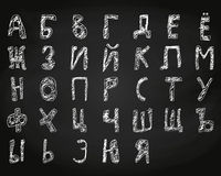 Giz tirado mão do alfabeto cirílico da garatuja a bordo Fotografia de Stock Royalty Free