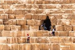 GIZA, ΑΊΓΥΠΤΟΣ 25 05 2019 φρουρές ασφάλειας στην είσοδο στην πυραμίδα σε Giza στο Κάιρο Αίγυπτος στοκ φωτογραφίες