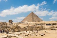Giza, Egito - 19 de abril de 2019: A pirâmide de Khufu e a grande esfinge de Giza, Egito fotos de stock