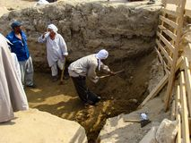 Giza, Egypte - Oktober 20, 2009: Archeologen die dichtbij de Piramides van Giza graven royalty-vrije stock fotografie