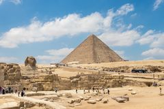 Giza Egypten - April 19, 2019: Pyramiden av Khufu och den stora sfinxen av Giza, Egypten arkivfoton