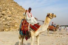 Giza Egypten - Oktober 20, 2009: Beduin nära pyramiderna av Giza royaltyfria bilder