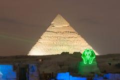 Giza ostrosłupa i sfinksa światła przedstawienie przy nocą - Kair, Egipt zdjęcie royalty free