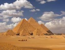 Giza pyramider fotografering för bildbyråer