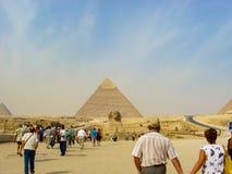 Gizeh, Egypte - 20 octobre 2009 : Touristes en tournée des pyramides de Gizeh photographie stock