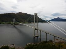Gjemnessundbruabrug in Noorwegen, luchtmening stock fotografie